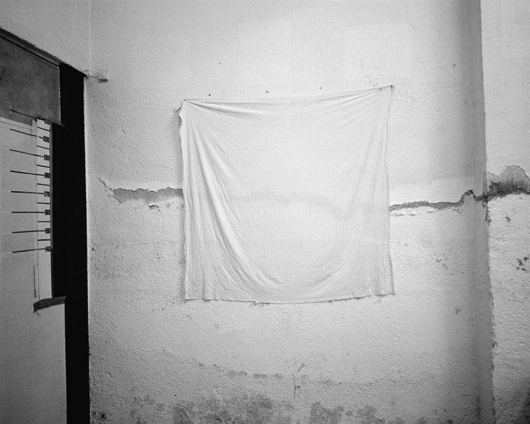 Titulurik gabea, Madril. Carabanchelgo kartzela. Sartzeko fitxaren argazkietarako atzealdea | Clemente Bernad | Guggenheim Bilbao Museoa