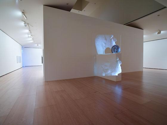 Ikaraundi-EQDALOS (tête à genoux appuyée contre le mur) | Iñaki Garmendia | Guggenheim Bilbao Museoa