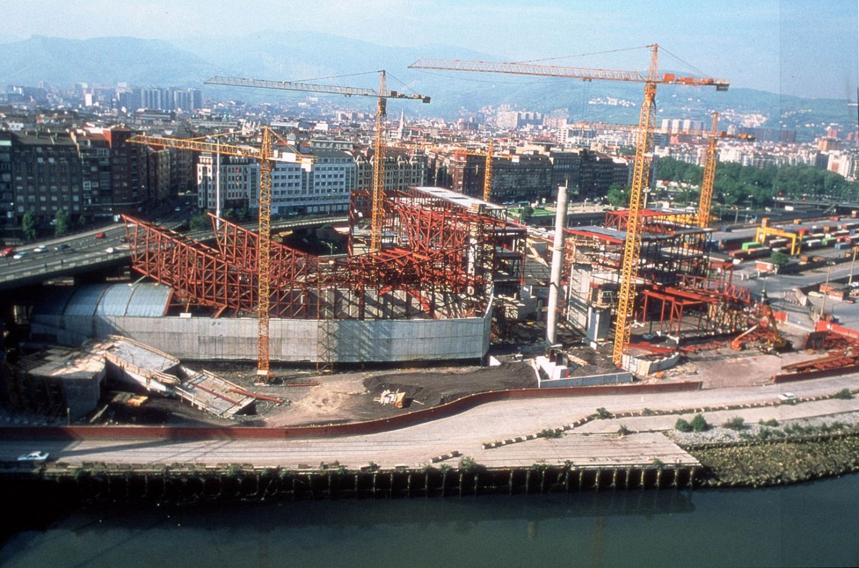 Vista aérea de las grúas durante la construcción | Guggenheim Bilbao Museoa