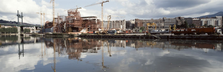 Construcción del edificio desde un lateral | Guggenheim Bilbao Museoa