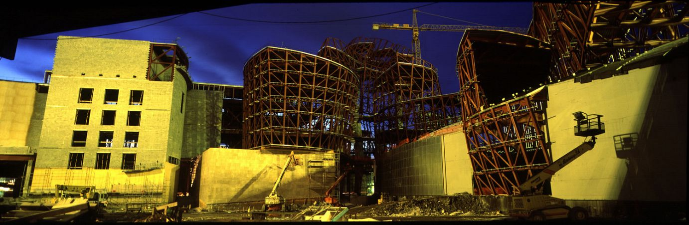 Photo de nuit de la construction du bâtiment | Guggenheim Bilbao Museoa