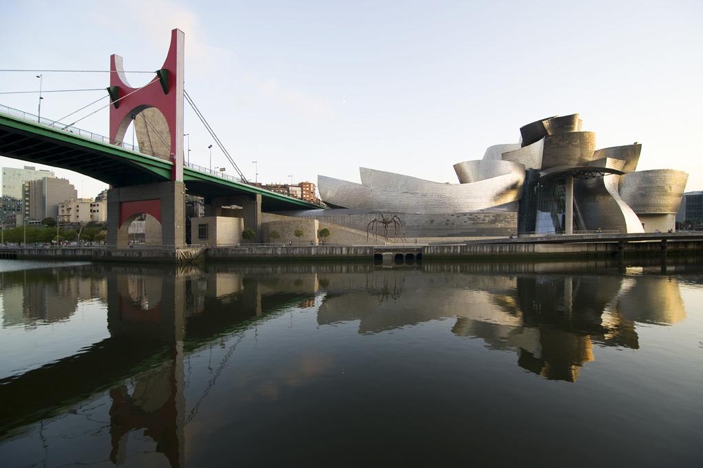 Extérieur du bâtiment et pont | Guggenheim Bilbao Museoa