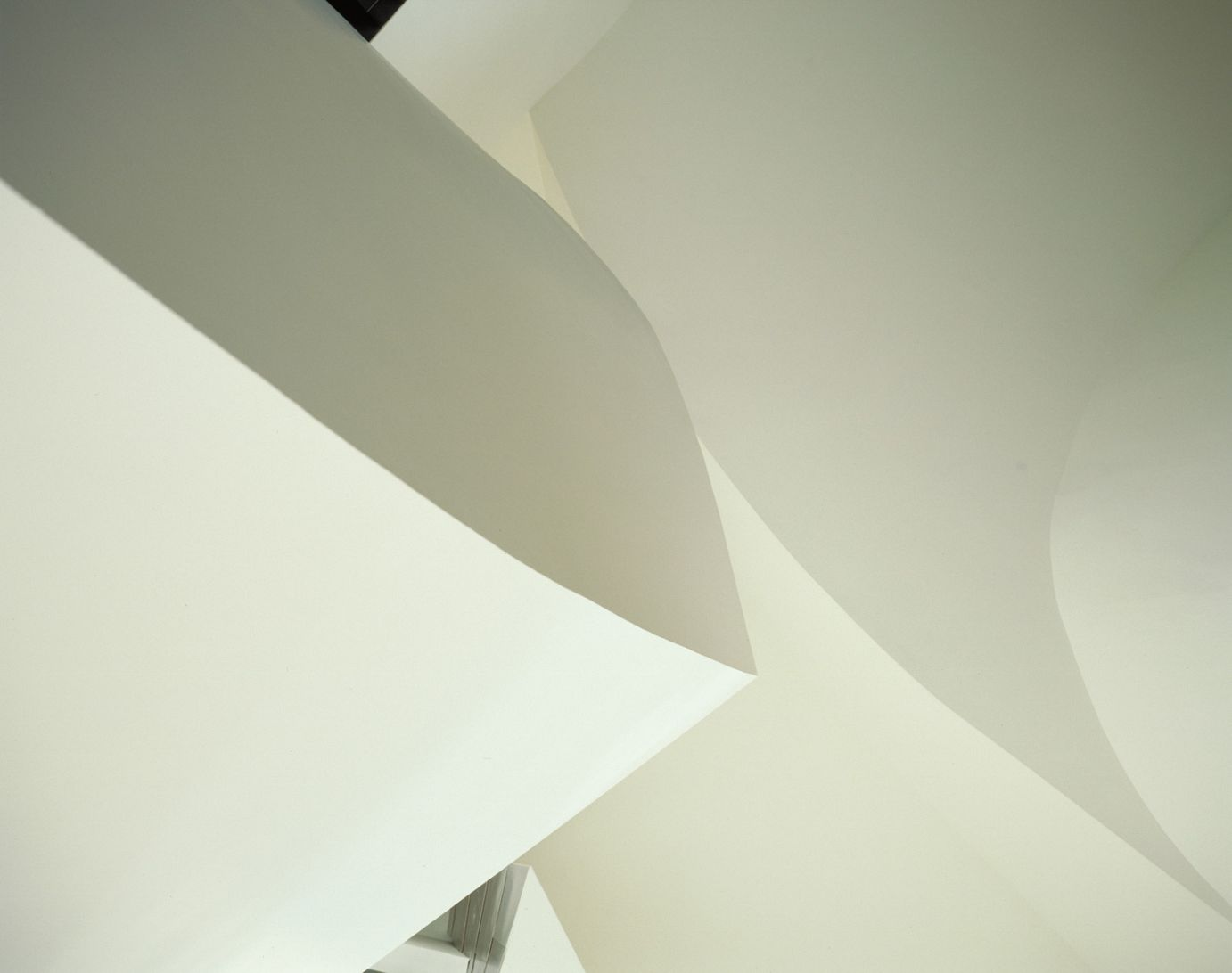 White walls inside the building | Guggenheim Bilbao Museoa