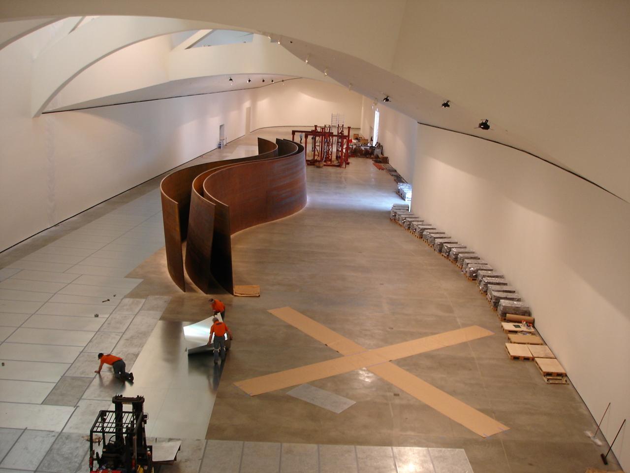 Inicio del montaje de la obra en el Museo | La materia del tiempo | Guggenheim Bilbao Museoa