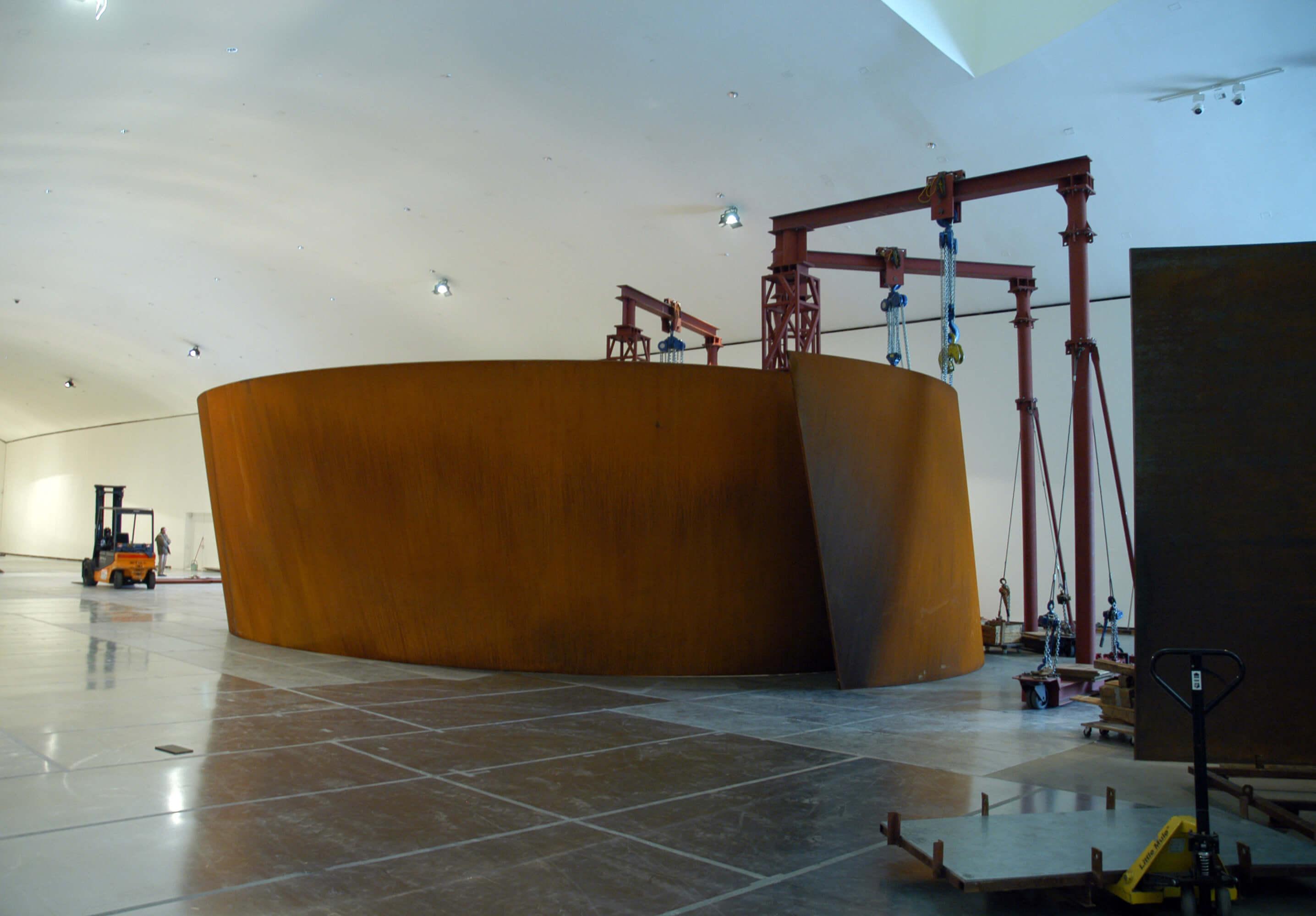 Montaje de las piezas en el Museo | La materia del tiempo | Guggenheim Bilbao Museoa