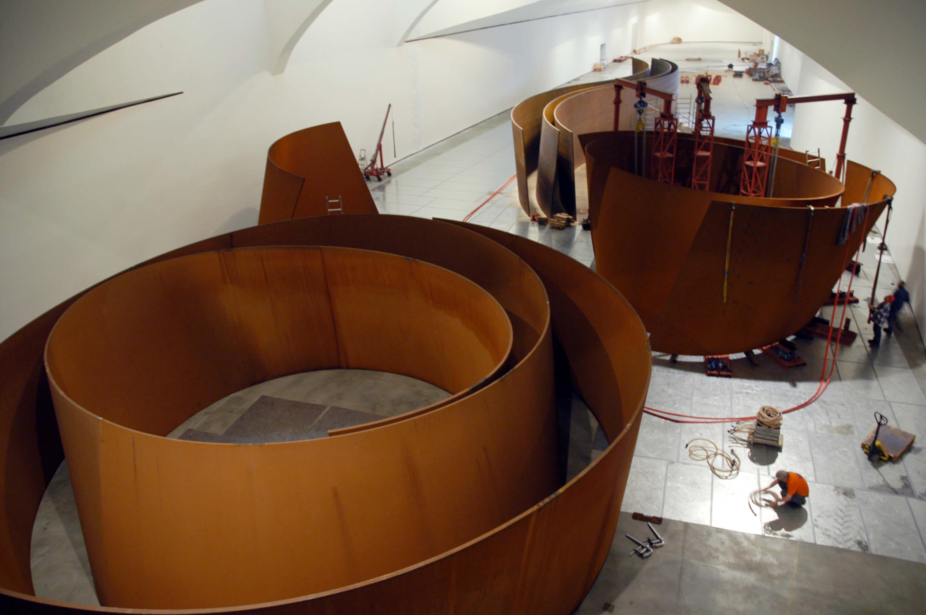 Montaje de la obra en el Museo | La materia del tiempo | Guggenheim Bilbao Museoa