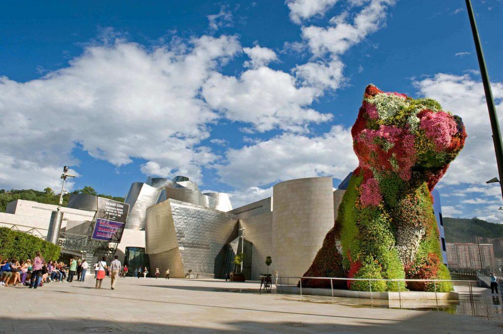 Puppy eraikinaren ondoan | Jeff Koons | Guggenheim Bilbao Museoa