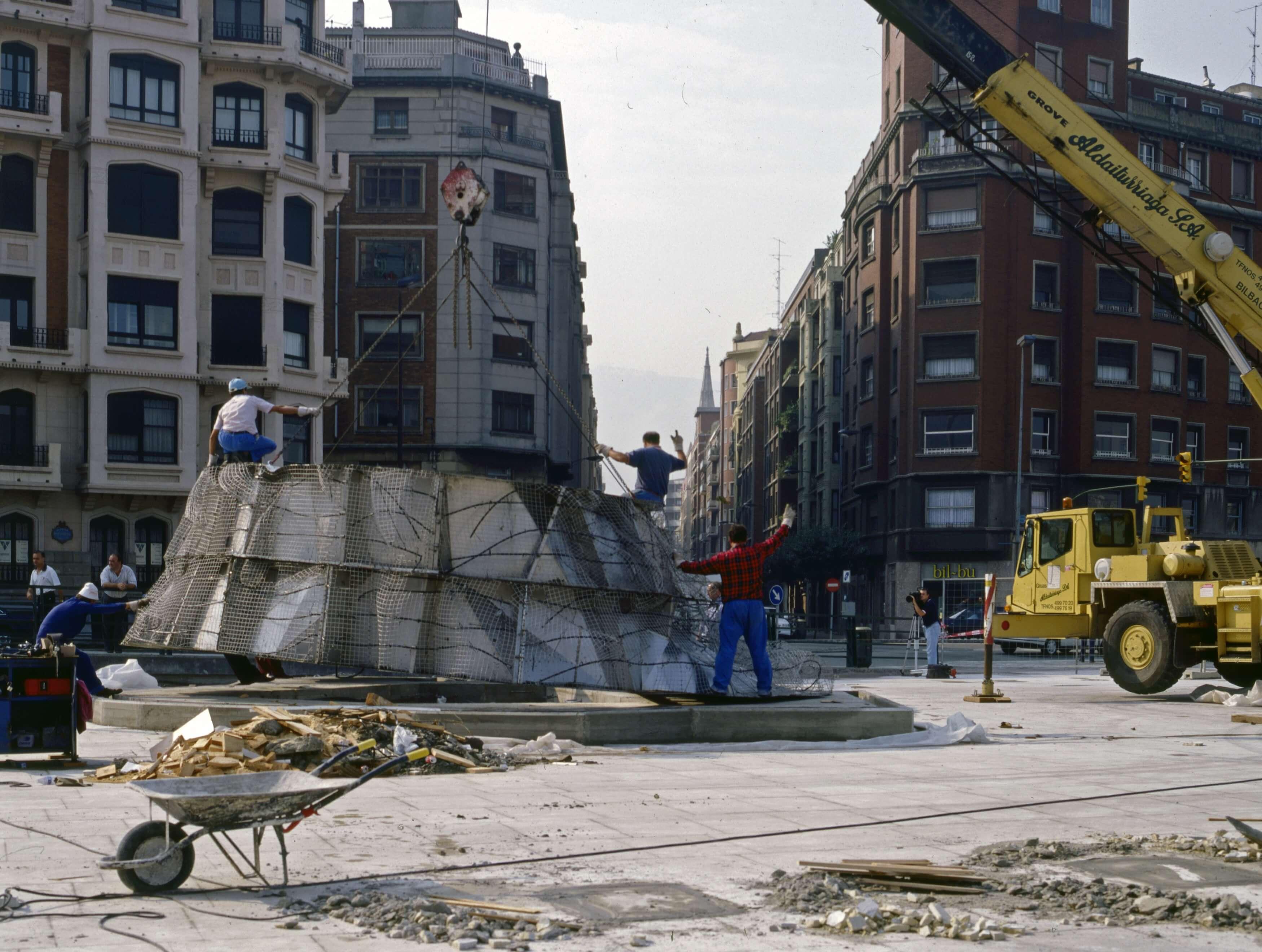 Starts Puppy's construction | Jeff Koons | Guggenheim Bilbao Museoa