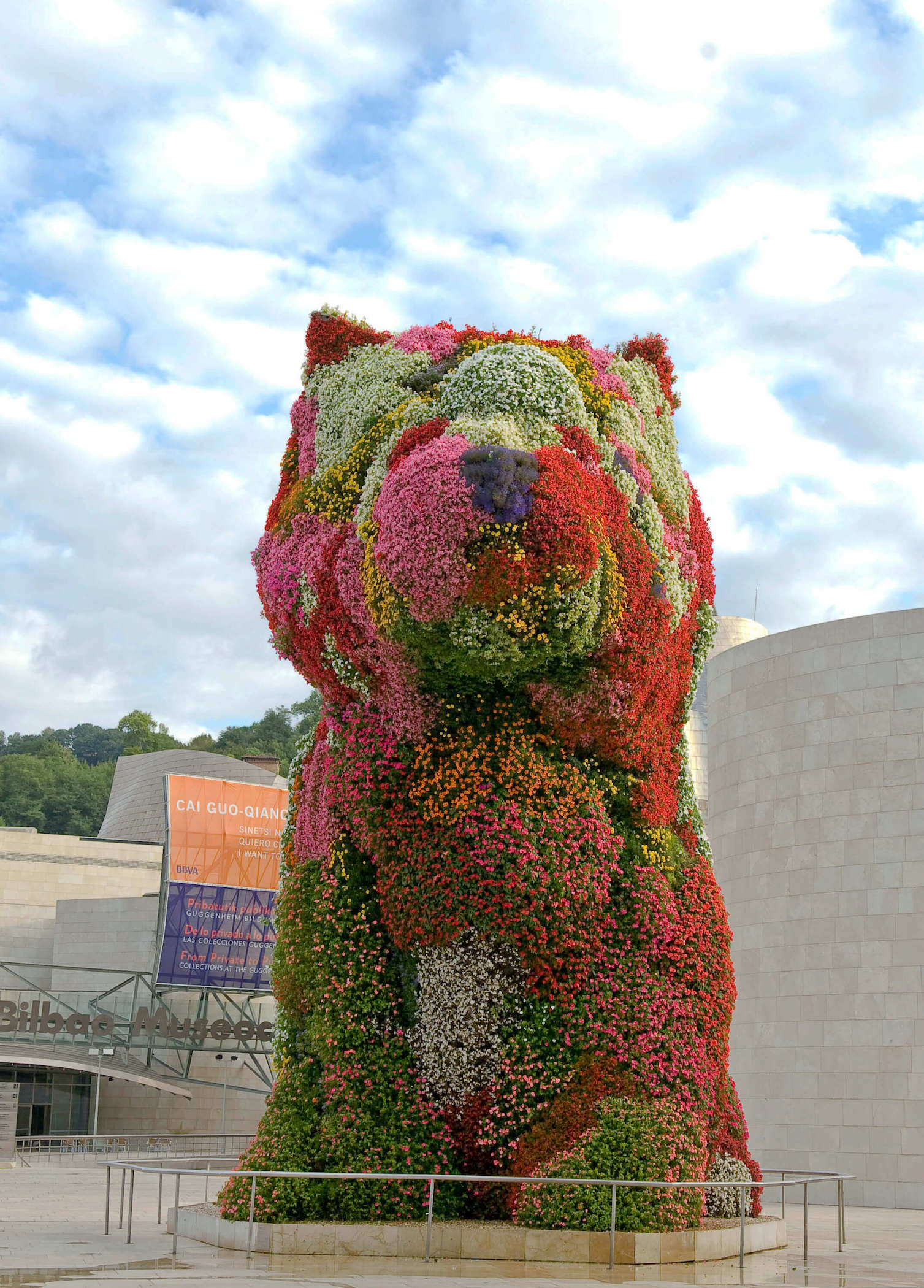 Photo of the front flower change of Puppy | Jeff Koons | Guggenheim Bilbao Museoa