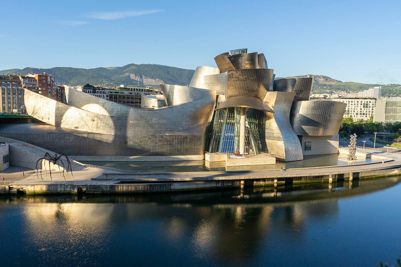 Exterior del edificio y puente | Guggenheim Bilbao Museoa