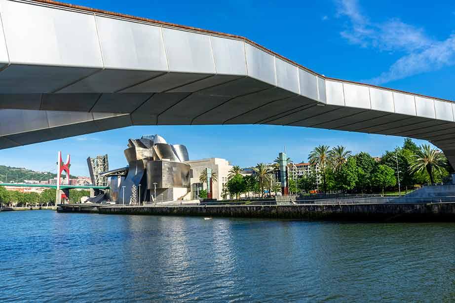 Eraikinaren kanpoaldea eta Su-iturria | Guggenheim Bilbao Museoa